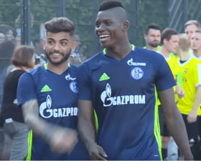 Breel Embolo lacht zusammen mit Junior Caicara, Schalke in der Saisonvorbereitung: (Screenshot: Youtube/BUNDESLIGA bei BILD)