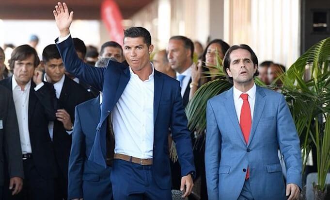 Cristiano Ronaldo bei der Eröffnung seines neuen Hotels in seinem Heimatort Funchal. (Screenshot:YouTube/zCompsCR7)