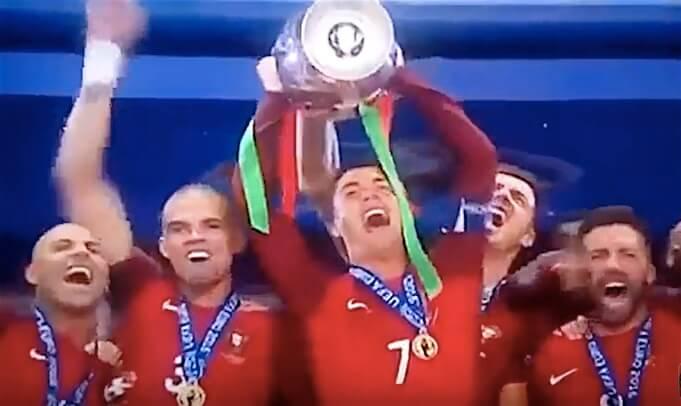 Europameister 2016 - Ronaldo bei der Siegeszeremonie mit Kollegen. (Screenshot:YouTube/Albro Football)