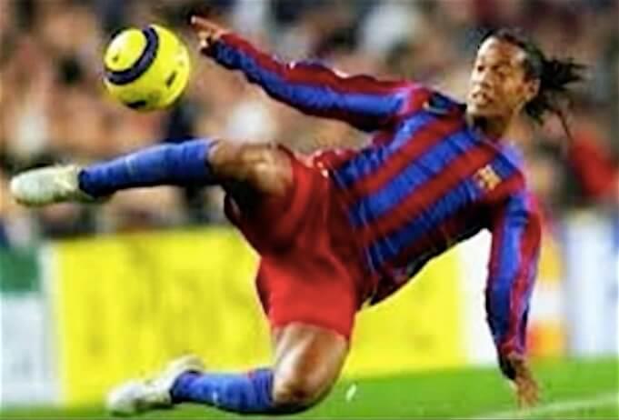 Ronaldinho in seiner Blütezeit beim FC Barcelona. (Screenshot:YouTube/Alper Sönkes)