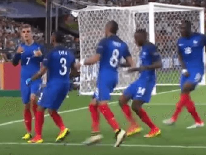 Griezmann jubelt zusammen mit seinem Teamkameraden: (Screenshot: Youtube/ZDFsport)