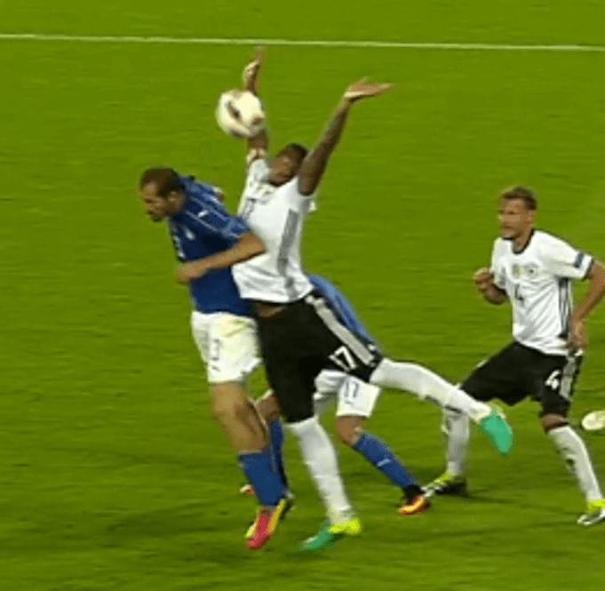 Boateng lässt die Hände vom Chiellini weg, aber nicht vom Ball: (Screenshot: Youtube/ZDFsport)